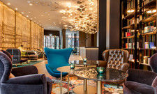 Der Buchdruck als Designkonzept: Die Lounge im neuen Motel One Frankfurt-Römer