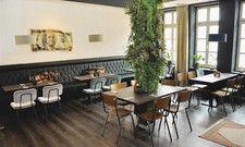 Der Frühstücksraum: An der Wand hängt ein 100-Dollar-Schein des Künstlers Ad van Hassel.
