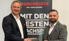 Beschließen die Zusammenarbeit: (von links) Michael Werner, Geschäftsführer von Burgerista mit dem neuen Franchisenehmer Rigers Shabani
