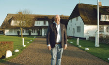 Macht sich für seine Mitarbeiter stark: Hotelier Claas-Erik Johannsen vor seinem Traditionsbetrieb, dem Benen-Diken-Hof.