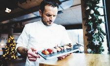 Prüfender Blick: Patron Steffen Henssler hat einen Abschluss als Professional Sushi Chef