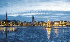 Weihnachten an der Alster: Zu den Feiertagen war der Jungfernstieg in Hamburg aufwendig beleuchtet. Auch die Weihnachtstanne hatte ihren traditionellen Platz auf der Binnenalster.