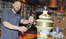 Am Zapfhahn: Mark Köhne arbeitet in seinem Restaurant allerdings überwiegend in der Küche.
