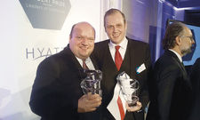 Preisverleihung in Paris: Student Pascal Kruggel (rechts) mit Professor Hartwig Bohne.