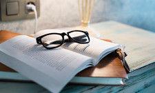 Gut sichtbar abgelegt: Wer Brille und Buch so neben dem Hotelbett platziert, läuft kaum Gefahr, die Sachen liegenzulassen.