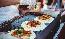 Frisch zubereitet: Streetfood zieht nicht nur Besucher von Festivals und Märkten in den Bann. Es schafft auch den Weg in die Gourmetgastronomie.