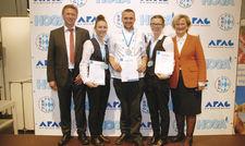 Feiern gemeinsam den Erfolg: (von links) Hans Schneider (Berufsbildungsausschuss DEHOGA Bayern) und die Erstplazierten Melanie Ledermüller (Hofa), Silvio Petras (Koch) und Amanda Hergl (Refa) und Angela Inselkammer (rechts), Vorsitzende des DEHOGA Bayern.