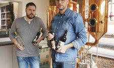 Bier ist ihr Ding: Michael Klix (links) hält in der Schaudestillerie die Fäden in der Hand, Enrico Pissarek im Brauhaus Pirna Zum Giesser.
