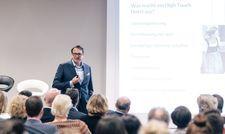Trat als Hauptredner auf: Alexander Aisenbrey vom Öschberghof auf dem HotelloTop NRW Year Event in Dortmund