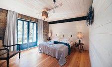 Mit Blick in den Garten: Eines von zwei Schlafzimmern im Hollmann Trieste