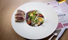 Französischer Klassiker in der Rive Gauche Brasserie: Nizza Salat mit frischem Thunfisch