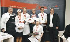 Siegerehrung beim Delta-Teamcup: (von links) Jugendwart Frank Kapfermann, Laura Stilke, Philip Malgadey, Valentin Steinforth, Marie Lesser, Yannik Behr und Delta-Geschäftsführer Jan Kreuz.