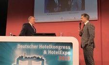 Auf dem Deutschen Hotelkongress 2019: (von links) AHGZ-Chefredakteur Rolf Westermann spricht mit Otto Lindner, Vorsitzender des Vorstandes, Hotelverband Deutschland (IHA)