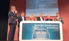 Sprechen im Talk: (v.l.) Moderator Prof. Dr. Christian Buer, Marcus Smola (Best Western) Suzann Heinemann (Greenline Hotels), Thomas Edelkamp (Romantik), Susanne Weiss (Ringhotels) und Olaf Seibicke (Hotel der Lindenhof)