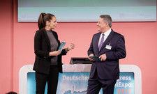 Eröffnen den Hotelkongress 2019 im InterConti Berlin: Sky-Moderatorin Esther Sedlaczek und AHGZ-Chefredakteur Rolf Westermann