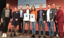 Freuen sich über den Sieg: CEO und Founder Bastian Kneissl von Mountlytics und die Zweitplazierte Olga Heuser, Co-Founder und CEO von Dialogshift (Mitte)