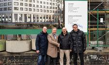 Arbeiten am neuen Projekt Ginn-City & Lounge-Hotel in Berlin: (von links) Ingo Klettke, Aleksej Leunov, Malik Kücük und Robert Schmidt