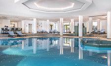 Lädt zum Entspannen ein: Der Pool im Isar Spa im The Westin Grand München