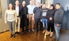 Am Pilotprojekt beteiligt: (von links) Julia Kavaliauskas, Human Resources, Chef Jörg Rauschenberger, Markus Schädle und Stephan Reichstein, beide Kolping, sowie Küchenchef Steffen Walz und Adham Alsaloum, Sallymatta Sanneh und Ahmed Sohel