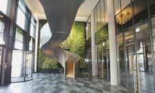 Pflanzenwand und schwebende Treppe: Der Eventbereich im Hotel Andaz hat einige Hingucker zu bieten.