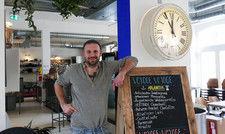 Findiger Gastronom: Lennert Wendt hat die Einrichtung in seinem Lokal selbst gestaltet