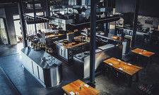 Energiegeladene Atmosphäre: Im Hamburger Restaurant 100/200 von Thomas Imbusch sitzen die Gäste rund um den mächtigen Küchenblock.