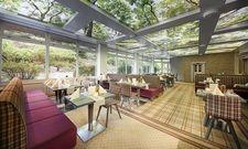 Modernisiert: Die Gastronomie in Göbel's Hotel Rodenberg hat eine LED-Deckenbespannung bekommen, die den Eindruck vermittelt, unter Bäumen zu sitzen