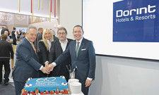 Dorint-Chefs mit Torte: (v.l.) Jörg Böckeler, Heike und Dirk Iserlohe, Karl-Heinz Pawlizki.