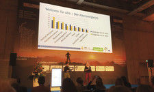 Wellness im Altersvergleich: Mareike Heck (rechts) und Miriam Hofmann-Unverhau, WHR, präsentieren die Trends beim ITB Expertenforum.