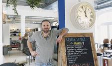 Findiger Gastronom: Lennert Wendt hat das Interieur in seinem Lokal selbst gestaltet.