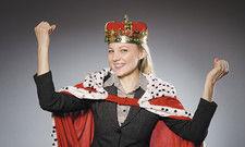 Die Queen im Betrieb? Wer sich als Chef vom strahlenden Lächeln blenden lässt, wird den Qualitäten seiner Mitarbeiter nicht gerecht.
