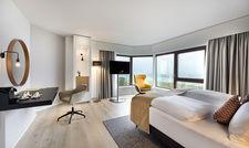 Viel Licht und helle Farben: So sieht es in einem der frisch renovierten Zimmer im Crowne Plaza Düsseldorf-Neuss aus