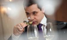 Volle Konzentration: Michael Jantscher beim Champagner-Tasting von Ruinart.