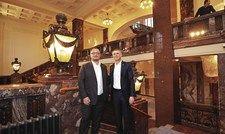 Führungskräfte in prächtigem Interieur: Der General Manager des Hamburger Hauses Olivier Briand (links) mit Fraser-Europachef Guus Bakker.