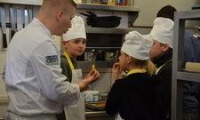 Schüler in der Küche des Flair Hotel Reuner: Hotelchef Daniel Reuner gibt dem Nachwuchs Einblick in seinen Job