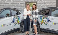 Bei der Übergabe der neuen Elektroautos von Hyundai vor dem Ninetynine Hotel in Heidelberg: (von links) Laura Rathai, Abteilungsleiterin Marketingkommunikation & Customer Experience bei Hyundai Motor Deutschland und Homeira Amiri, CEO Centro Hotel Group