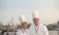 """Zwei Brandenburger Köche zu Gast in Berlin: Aaron Ferreiro (links) und John Böttcher überzeugten beim Wettbewerb """"Youngstars BB""""."""