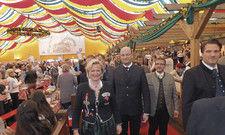 Zeigen Flagge: DEHOGA-Bayern-Chefin Angela Inselkammer (vorne links) mit Albert Füracker, bayerischer Staatsminister für Finanzen (Zweiter von links) und DEHOGA-Bayern-Geschäftsführer Thomas Geppert (rechts).