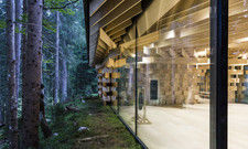 Architektonisches Kleinod: Das Meditationshaus hat bodentiefe Glasfenster, tausende Holzschindeln und ein Dach aus Zink
