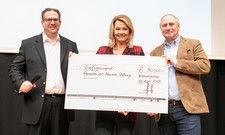 Mit Scheck: (von links) Sebastian J. Ott, Franziska van Almsick, Georg Hörl