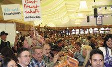 Zeigen gemeinsam Flagge: 3000 Gastgeber in Grandls Hofbräuzelt auf dem Cannstatter Wasen.