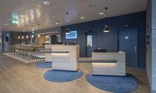 Modernes Design: Die Rezeption mit offenem Zugang zur bar im neuen Holiday Inn Express Luzern-Kriens