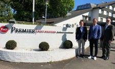 Das Best Western Premier Seehotel Krautkrämer in Münster wird von Roman Schmitt (r.), Geschäftsführer B.W. Hotel Betriebsgesellschaft, an die neuen Geschäftsführer André Grimmert (M) und Peter Gebhardt (l.) übergeben