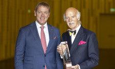"""Gratulation: Spitzenkoch Anton Mosimann (rechts) erhält die """"Flamme de l'accueil"""" von Casimir Platzer, Präsident von Gastro Suisse"""