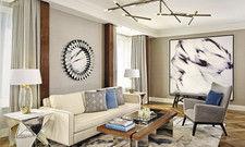 Warme Erdtöne und viel Licht: Der Living Room in der Carlton Club Suite lädt zum Verweilen ein.