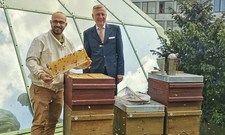Im Auftrag der Artenvielfalt: Imker Victor Hernández (links) mit Hoteldirektor Jürgen Peter Voigts vom Best Western Plus Hotel Kassel City.