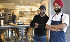 Stolze Gastronomen: Amrinder Singh Bhinder (von links) und Preetam Singh Sodi bringen indische Kulinarik in die Portwich-Villa.