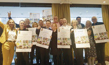 Freude bei der Preisverleihung: Die Gewinner mit Schirmherr Ralf Bos (links hinten) und Veranstalterin Gabriella Picariello (links).