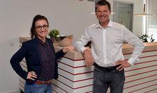 Machen Quereinsteiger fit fürs Gastgewerbe: Natalia Kleibaum und Thorsten Leich in der Date up Training GmbH in Hamburg.
