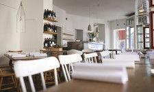 """Weiße Wände, rustikale Möbel, lockere Tischkultur: Das """"Lokal"""" in der Berliner Linienstraße versteht sich als Wohlfühlort"""